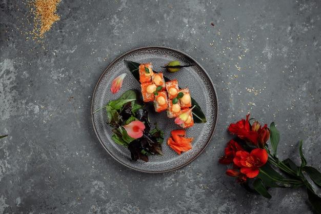 Sushi roll con salmone tonno avocado crema di gamberi e formaggio philadelphia caviar tobica chuka. menu di sushi. cibo giapponese.