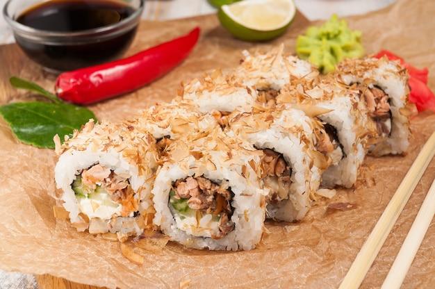 Rotolo di sushi con crema di formaggio cetriolo e tonno in chips di tonno