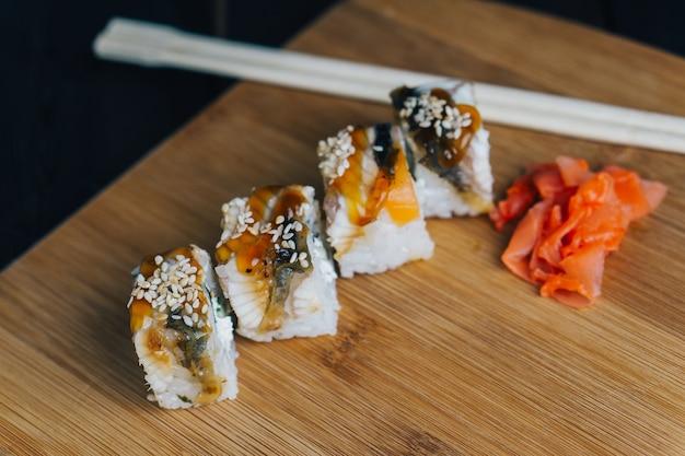 Rotoli di sushi bacchette cibo giapponese tavola di legno
