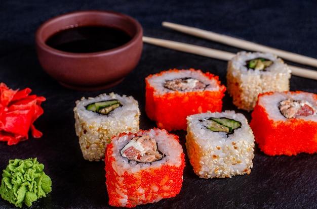 Rotoli di sushi su uno sfondo scuro