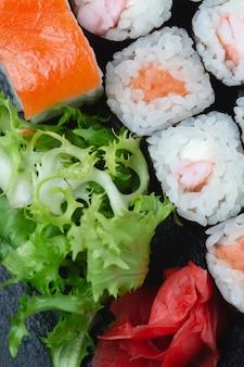 Involtini di sushi su ardesia di pietra scura