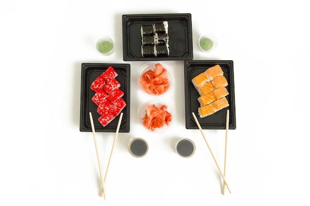 Sushi e panini. deliziosa cena a base di pesce, vista dall'alto. servizio in stile giapponese.