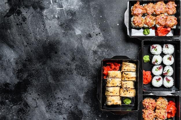 I sushi rotolano nel pacco di consegna, ordinati nel ristorante da asporto di sushi.