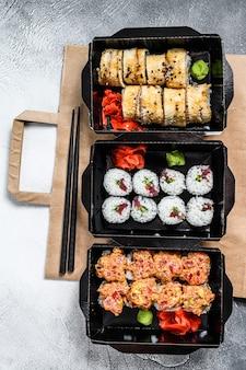 Rotoli di sushi nel pacchetto di consegna, ordinati nel ristorante sushi da asporto