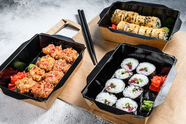 Il sushi rotola nel pacco di consegna