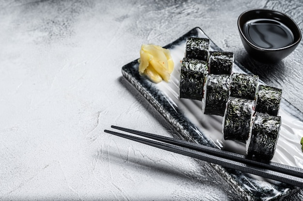 Sushi rotoli hosomaki con salmone, avocado e tonno