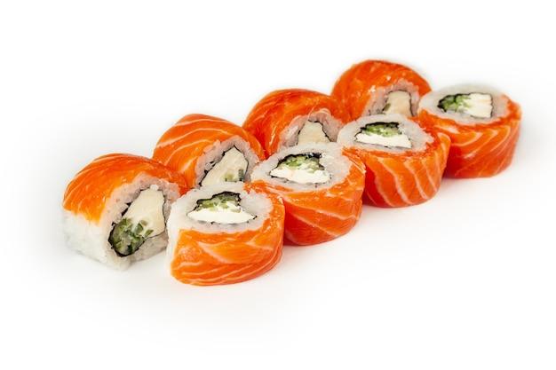 Rotoli di sushi isolati su bianco