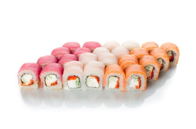 Rotoli di sushi cucina giapponese bellissimo lotto impostato diverso
