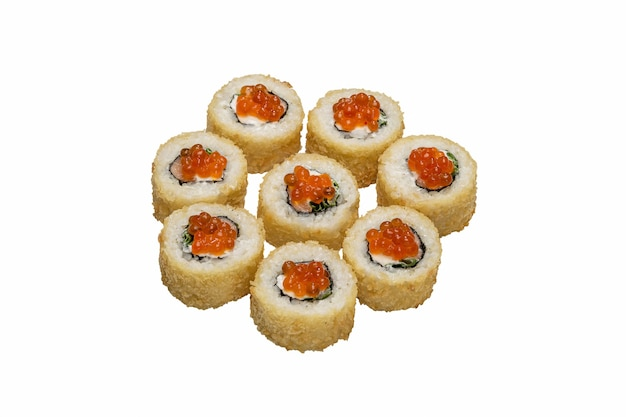 Rotoli di sushi, maki, impanati e al forno con salsa. panini caldi su bianco. isolato .
