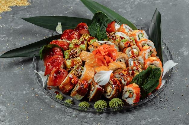 Rotoli di sushi posti su un vassoio di cristallo