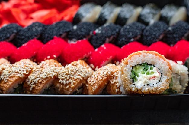 Sushi roll set salmone, trota, tonno, tobiko caviale spuntino fresco