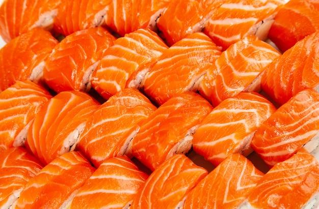 Rotoli di sushi con vista dall'alto di salmone
