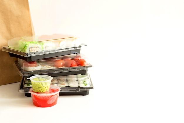Sushi e panini in un contenitore di spedizione. consegna di cucina giapponese