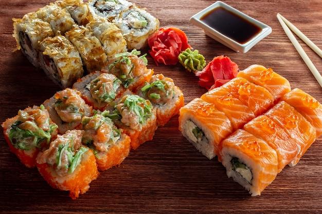 Involtini di sushi con salsa di soia wasabi e zenzero