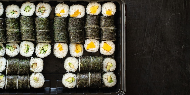 Sushi rolls vegan maki no fish no frutti di mare cucina vegetariana veggi