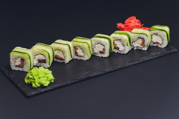 Involtini di sushi con cetriolo, sesamo e formaggio philadelphia. cibo giapponese. sushi tradizionale. vista dall'alto.