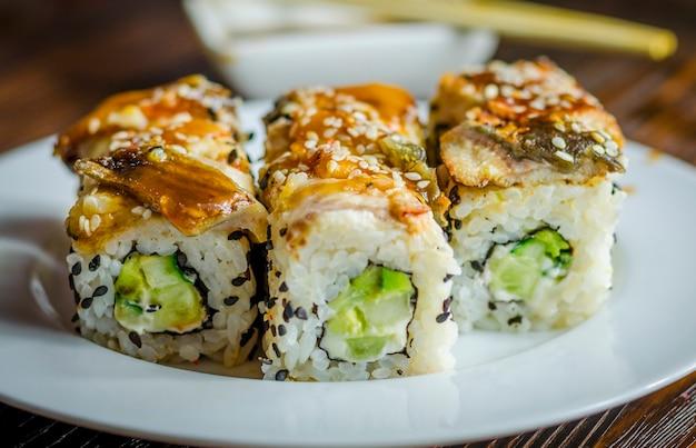 Involtini di sushi con anguilla, formaggio e avocado