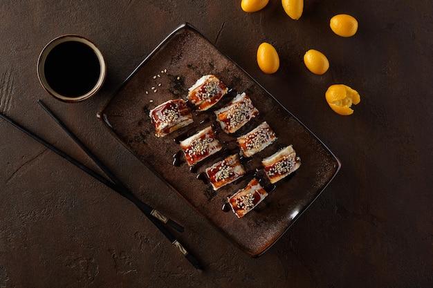 Involtini di sushi con crema di anguilla kumquat e salsa unagi and