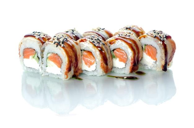Involtini di sushi con anguilla e salmone uramaki emperor