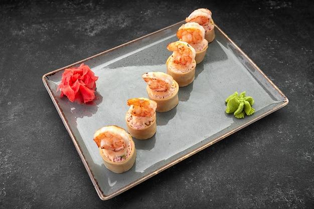 Involtini di sushi con frittata di gamberi e bastoncini di granchio