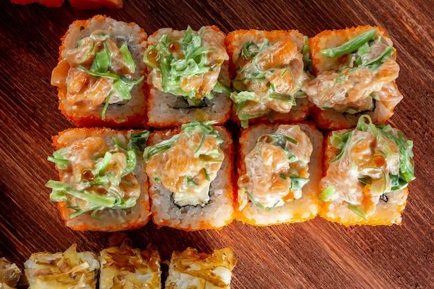Rotoli di sushi con salmone e formaggio