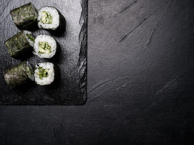 Involtini di sushi con salmone ricoperti di nori