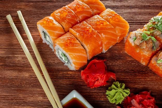 Rotoli di sushi con salmone