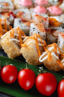 Rotoli di sushi con il primo piano di salsa
