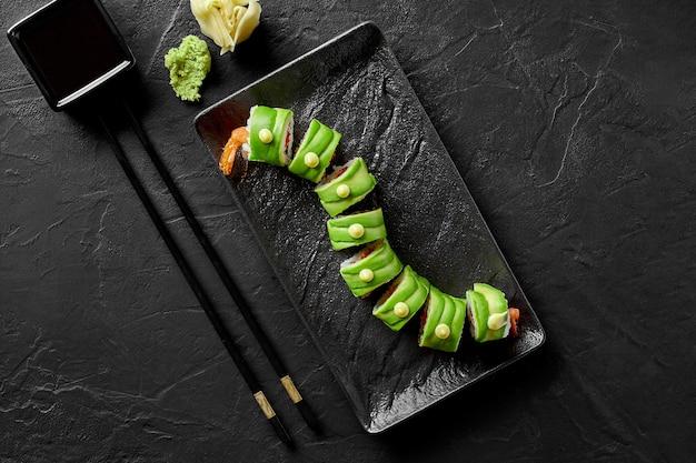 Involtini di sushi con crema di gamberi tobiko e avocado
