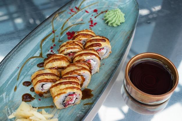 Rotoli di sushi con salsa di soia sul tavolo