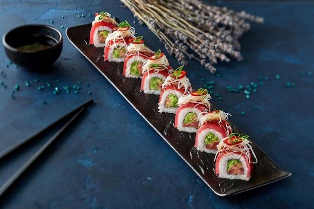 Involtini di sushi con tonno grattugiato cipolla verde daikon e peperoncino