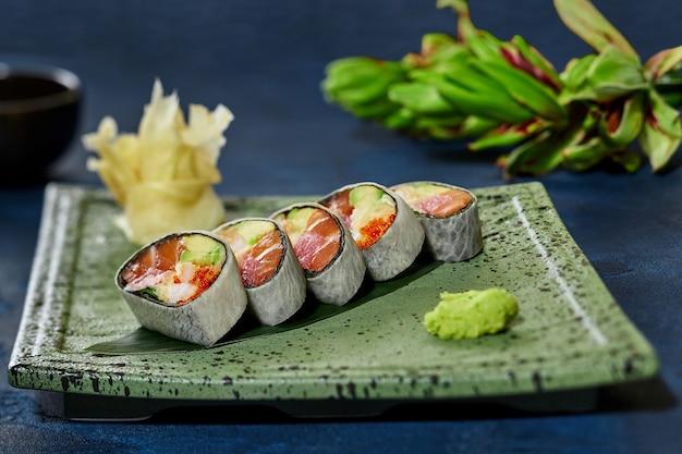 Involtini di sushi con tobiko di polpa di granchio salmone tonno e avocado in mamenori