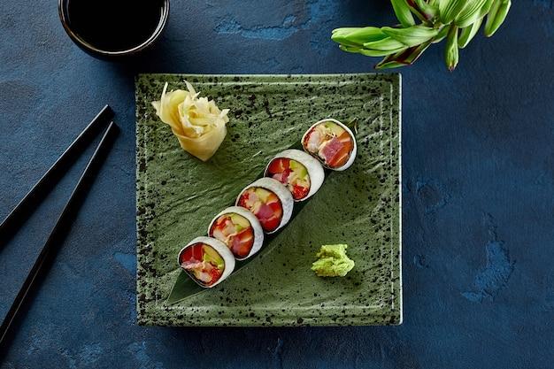 Involtini di sushi con tobiko di granchio salmone tonno e avocado in mamenori