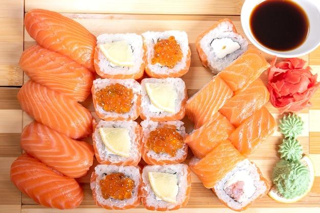 Set di rotoli di sushi e salmone, philadelphia. con caviale rosso. per qualsiasi scopo.