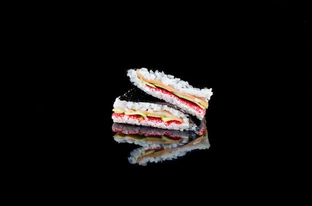 Sushi sandwich con salmone riflesso su sfondo nero