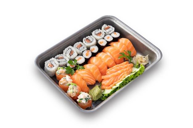 Sushi e sashimi distribuiti in un contenitore grigio. sfondo bianco.