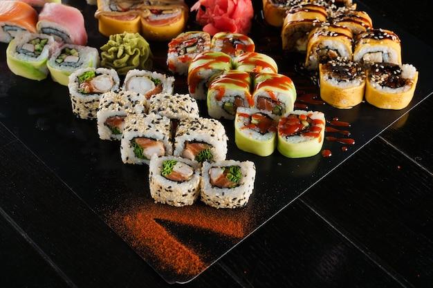 Sushi impostato su sfondo nero