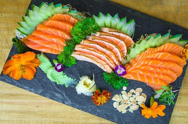 Set di sushi (combo). cucina tradizionale giapponese, sashimi premium decorato in un ambiente elegante.