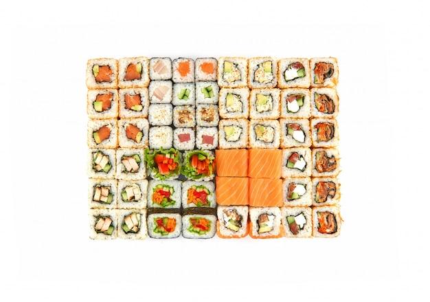 Set di sushi di diversi rotoli vista dall'alto