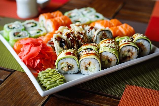Set di sushi di diversi tipi su un piatto