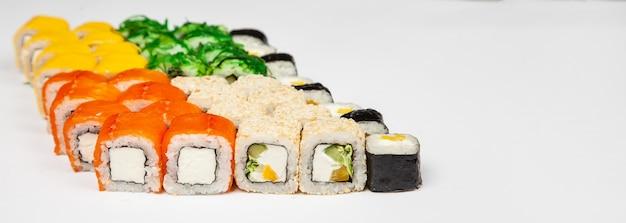 Sushi set nigiri e involtini di sushi vari sushi e involtini con formaggio di pesce e insalata chuka in bacchette