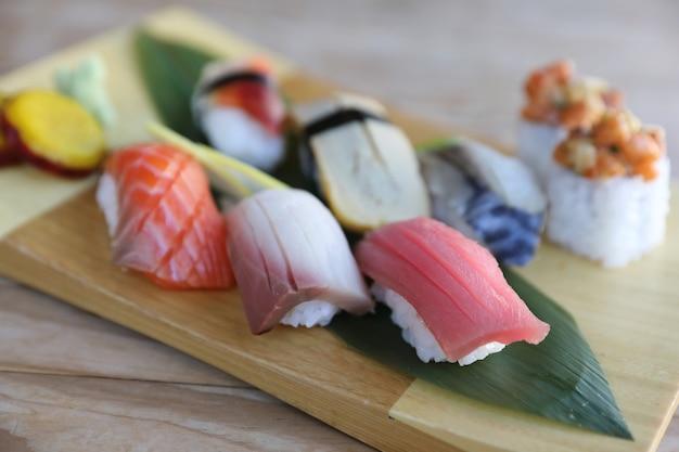 Sushi set nigiri e sushi rotoli sulla tavola di legno