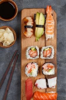 Sushi set nigiri e rotoli di sushi su una vista dall'alto di un vassoio di legno