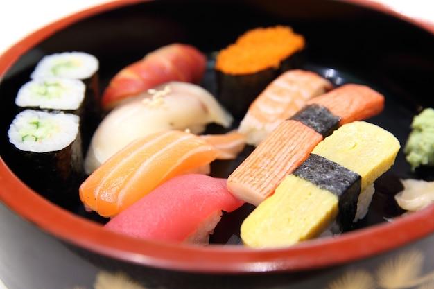 Set sushi , salmone , tonno , uovo , maguro in piatto