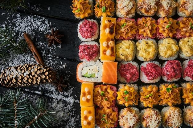 Set di sushi e rotolo di sushi su tavola di legno.