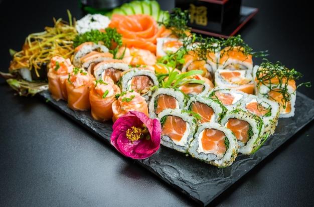 Set di sushi. cucina tradizionale giapponese, sushi premium decorato in un ambiente elegante.