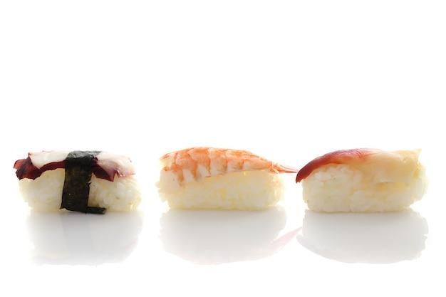 Sushi impostato in bianco