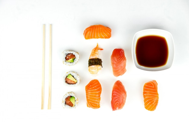 Sushi con bacchette e salsa di soia