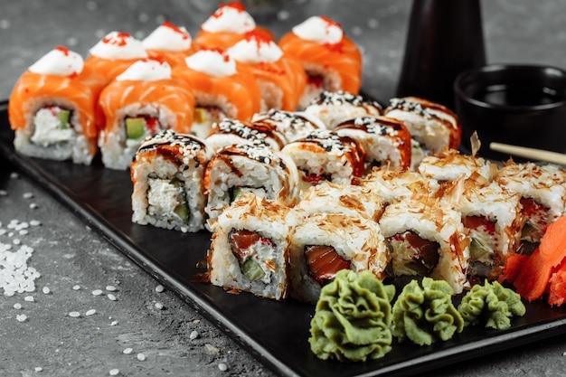 Sushi con ingredienti freschi su sfondo grigio. menù sushi. cibo giapponese.