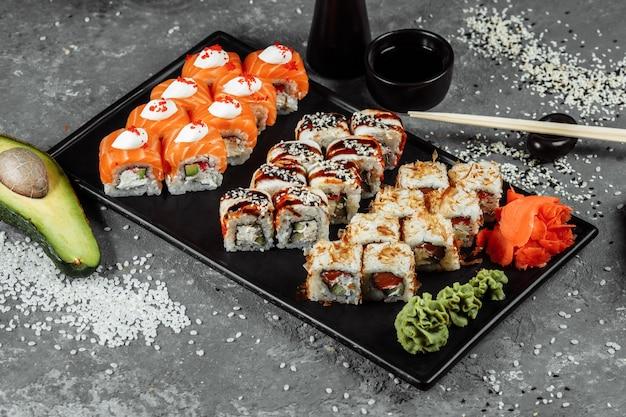 Set di sushi con ingredienti freschi su sfondo grigio menu sushi cibo giapponese